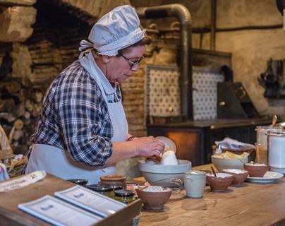 Fabriquation de madeleines au miel