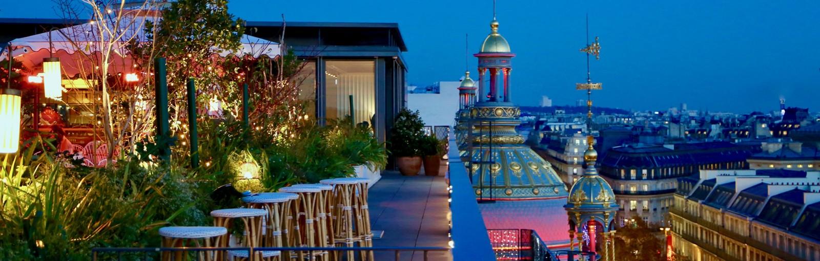 Paris l'heure bleue depuis la terrasse d'un grand magasin